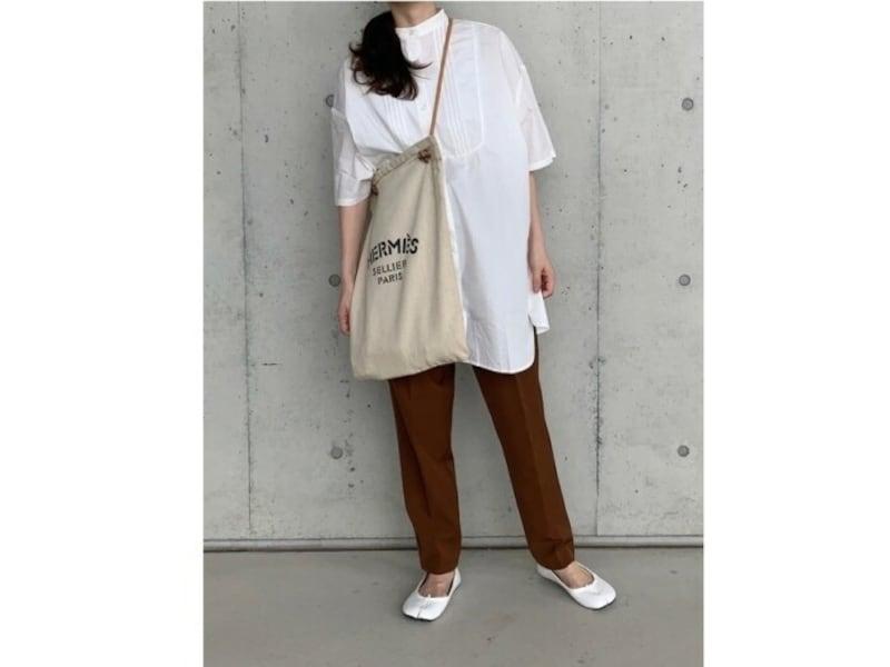 シンプルなシャツコーデには、ロゴ入りバッグがアクセントに 出典:WEAR