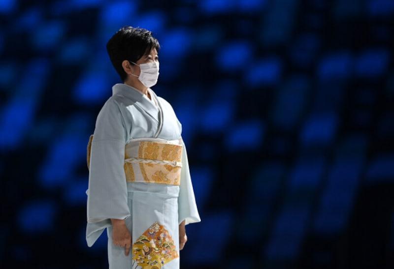 東京五輪閉会式に着物姿で出席した小池都知事。写真:ロイター/アフロ