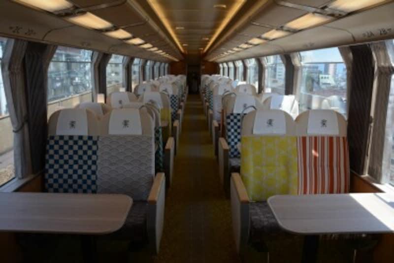 沿線をイメージした5通りのデザインを組み合せた座席