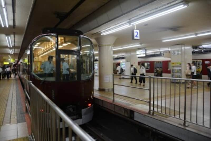 近鉄名古屋駅に到着した「楽」
