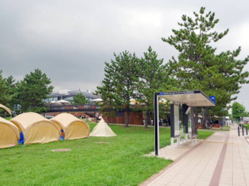 横浜市営バスベイサイドブルー「カップヌードルミュージアムパーク・ハンマーヘッド入口バス停からすぐ