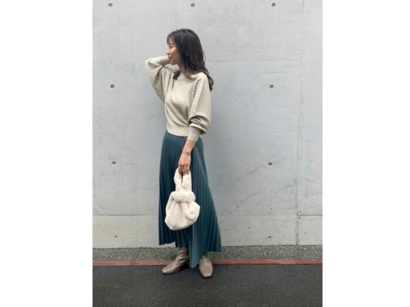 【OKコーデ】レザー風素材など少し重みのあるプリーツスカートもおすすめ 出典:WEAR