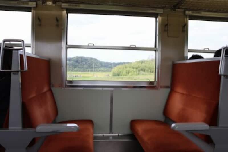 クロスシートから眺める田園風景は旅情を感じる