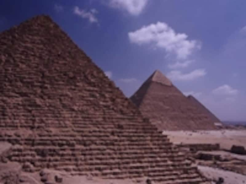 ギザの三大ピラミッド。左からメンカウラー王、カフラー王、クフ王のピラミッドで、周囲には王妃のピラミッドやスフィンクスが並んでいる 牧哲雄