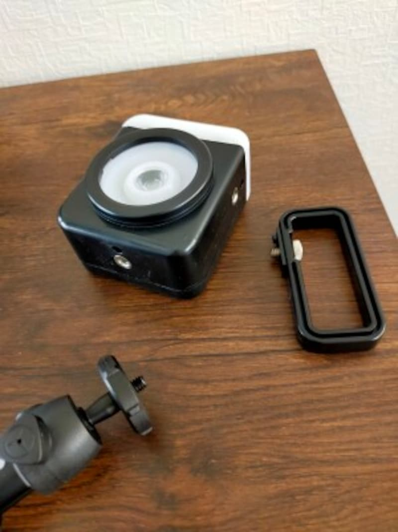 持ち手のハンドルは2WAY仕様。取り付け金具はカメラネジに対応している