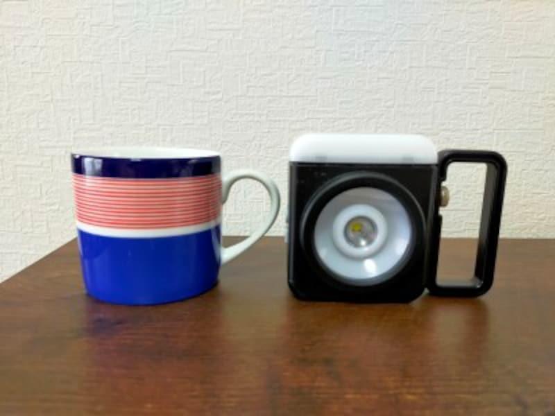 パナソニック「強力マルチライト」は、マグカップと同じくらいのコンパクトサイズ