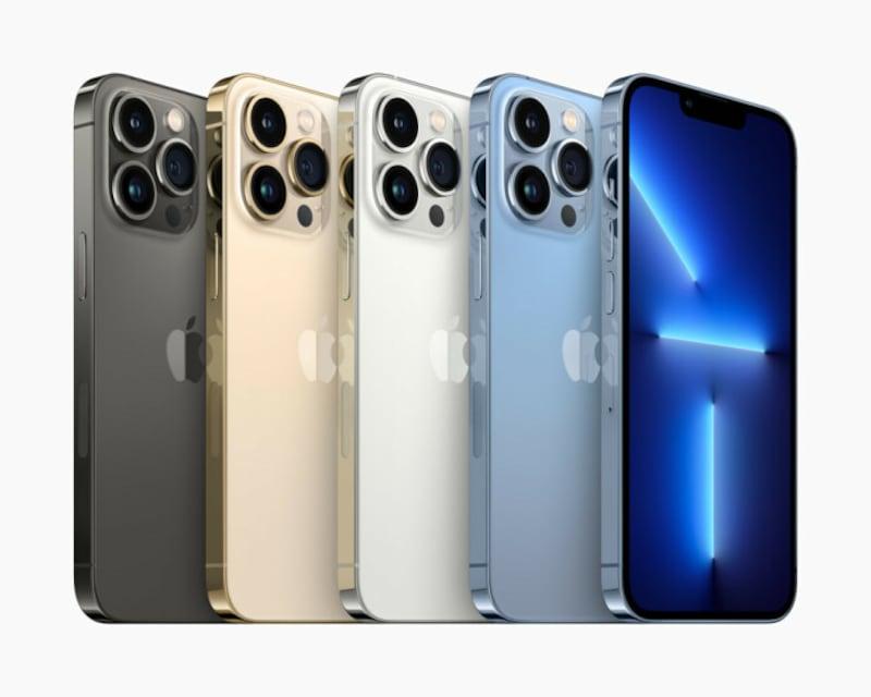 「iPhone13Pro」「iPhone13ProMax」のカラーラインナップはグラファイト、ゴールド、シルバー、シエラブルーの4つ(出典:プレスリリース)