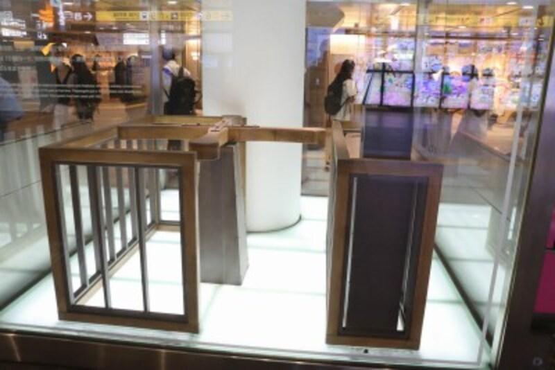 開業時の回転改札を再現した展示