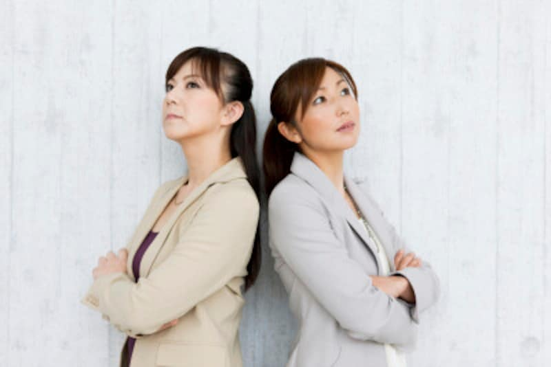 背中合わせの女性二人