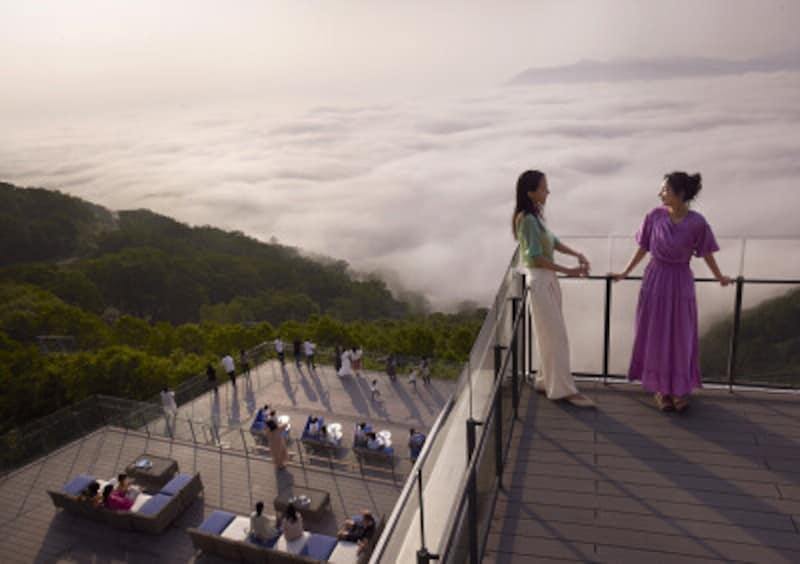 空中にせり出した1階では、雲海を最も近くから観賞可能。2階は屋根のあるソファースペース、3階は遠方までの絶景を楽しめます(提供:星野リゾート)