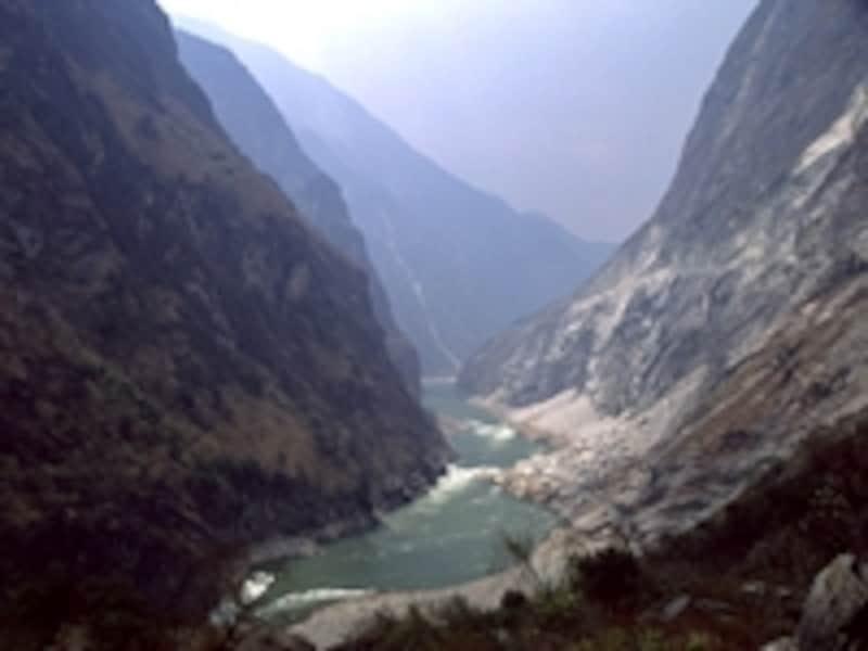 長江、メコン川、サルウィンの3つの川(江)が平行して走る「雲南三江併流の保護地域群」。写真は長江の虎跳峡 牧哲雄