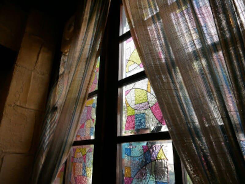ステンドグラス風の窓が印象的