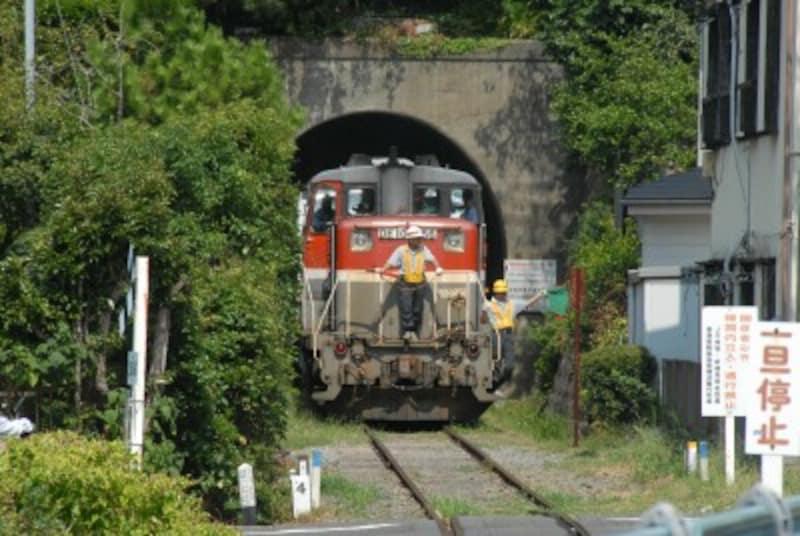 専用線を走るディーゼル機関車