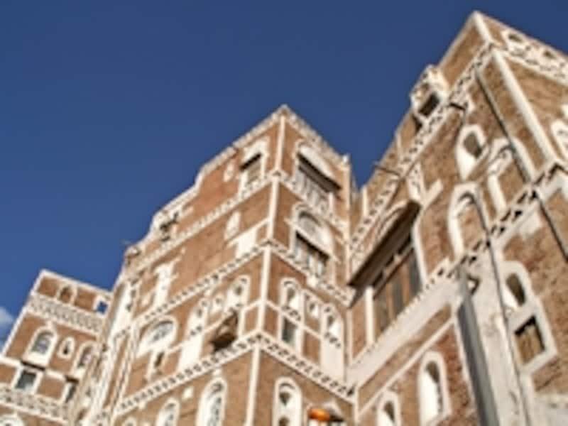 茶色に白枠が特徴的なサナアのビル群。鉄筋コンクリートを使っていない最古の高層住宅群