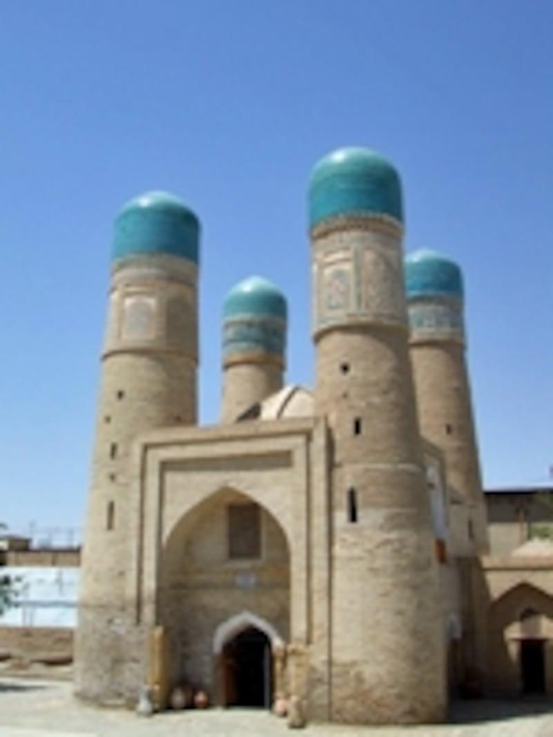 オアシス都市として栄えたブハラのチャハル・ミナール。青ドームの建物が中央アジア共通の特徴