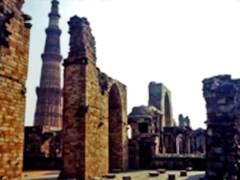 ヒンドゥー建築の影響が残るクトゥブ・ミナール。写真左の塔は高さ約73mで、1日5回の礼拝=サラートを告知する塔=ミナレットとしては世界一高い