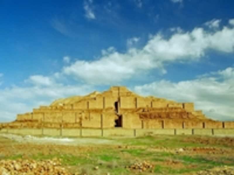 日干しレンガを積み上げて造られたチョガ・ザンビールのジッグラト。一種の神殿で、これを中心に都市国家が展開した