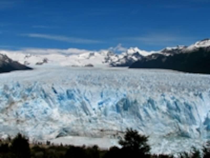 「ロス・グラシアレス」はスペイン語で氷河のこと。写真は青く輝くペリト・モレノ氷河。水面から50mほどもある氷塊が大音響と共に湖に落ち込む