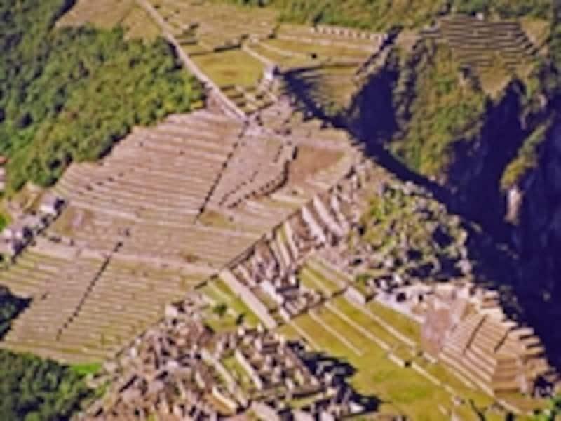 ワイナピチュから見たマチュピチュの遺跡。段々はアンデネスと呼ばれる畑で、霧や雨による豊かな水と高度な水利システムのおかげで山上生活が可能になった