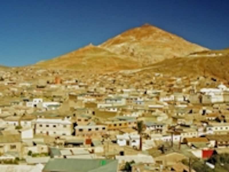 奥の山がセロ・リコ銀山で、手前がポトシ市街。植民地時代に栄えた同じような鉱山都市には、ブラジルの世界遺産「古都オウロ・プレト」がある