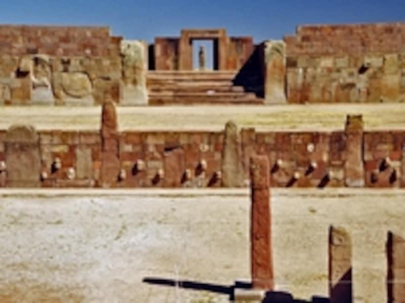 半地下神殿から見たカラササヤ。神殿の壁からは輪郭と表情が一つひとつ異なる人面像が多数飛び出している