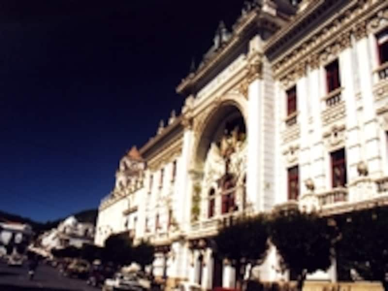 チュキサカ県庁舎。スクレは現在も憲法上、ボリビアの首都だが、1890年代に国政機能はすべてラパスに移転した