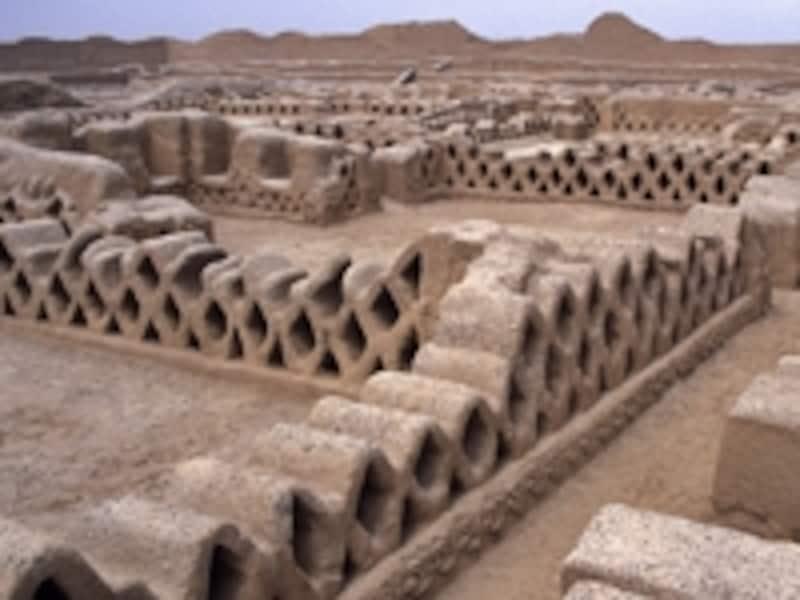 ペルーの世界遺産「チャンチャン遺跡地帯」。9~15世紀に栄えたチムー王国首都の遺構で、通気性を考えた網状の壁が特徴 牧哲雄