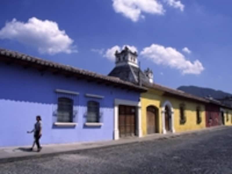 色彩が美しいコロニアル風の家並み。平屋が多いのは地震が多いためで、地震によって破壊されて廃墟となっている建物も多い ©牧哲雄