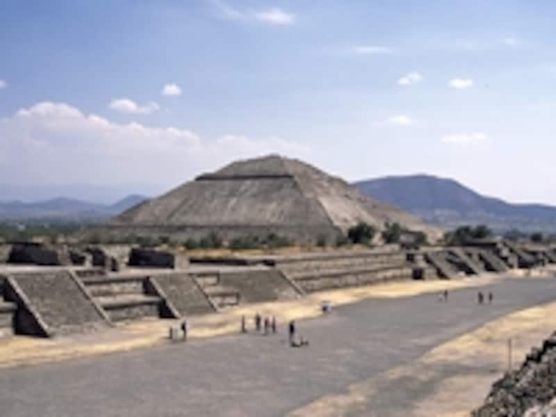 月のピラミッドから見た使者の道と太陽のピラミッド。太陽のピラミッドは高さ74m、底辺225m×222mで、世界3番目に大きいピラミッドともいわれる 牧哲雄