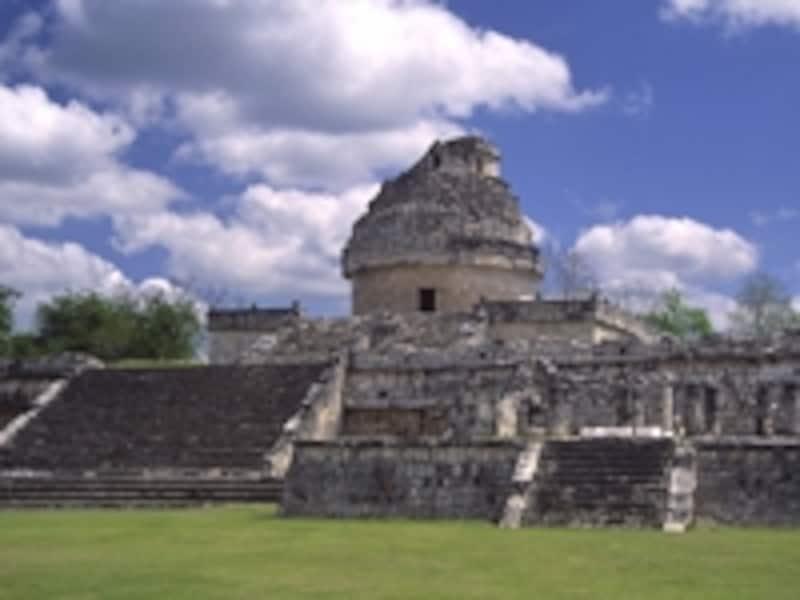 天文台カラコル。ここで太陽や月の観測を行い、天体の位置と季節の関係から農耕の時期を見定めた。マヤ文明の遺跡でもドームの形は珍しい ©牧哲雄