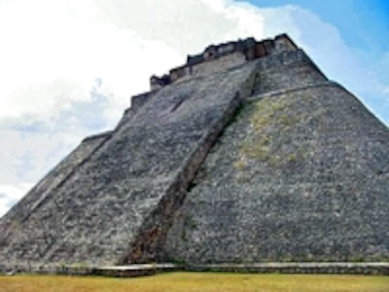 独特の楕円形をした、メキシコの世界遺産「古代都市ウシュマル」の魔法使いのピラミッド