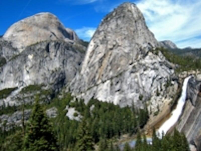 ヨセミテ渓谷のネバダ滝。雄大な自然景観とジャイアントセコイアやグリズリーなどの動植物で古くから知られており、1890年に国立公園に指定された