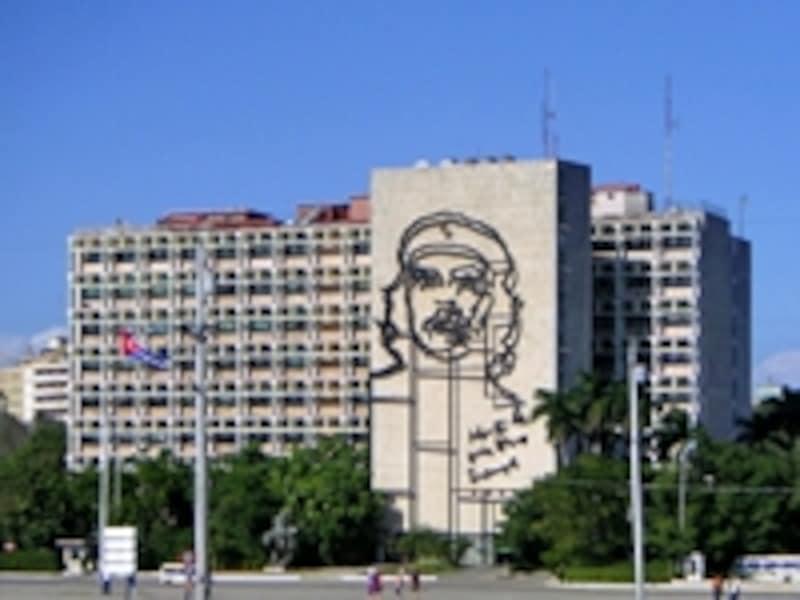 革命広場の内務省ビル壁面に描かれたキューバの象徴、チェ・ゲバラ肖像(新市街にあり、世界遺産には含まれない)