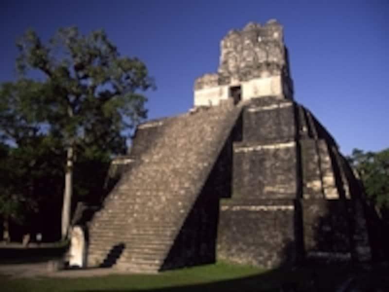 700年前後に造られたティカルII号神殿。高さ38mのピラミッド型神殿で、天・地・冥界を結ぶ聖山を模しているといわれる ©牧哲雄