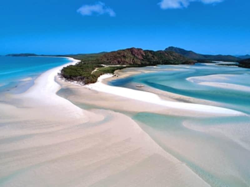 オーストラリアの世界遺産「グレートバリアリーフ」に登録されている、ウィットサンデー島のホワイト・ヘブン・ビーチ。世界一純白と言われる白砂は小さな水晶といえるシリカからできており、ビーチは文字通り宝石のよう