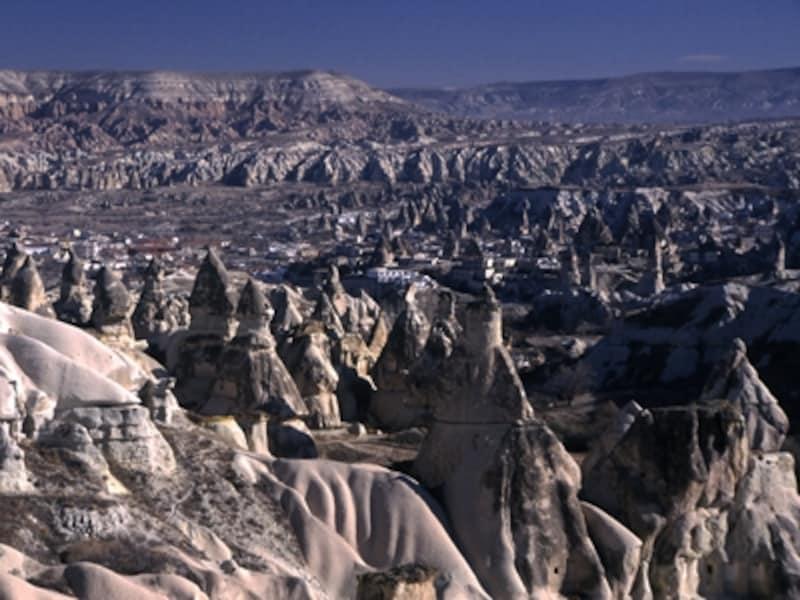 トルコの世界遺産「ギョレメ国立公園とカッパドキアの岩窟群」の奇観。奇岩群は、柔らかい地層の上に固い地層が堆積した大地が隆起して、下の柔らかい地層が万単位の年月を経て風雨に削られることで生み出される ©牧哲雄
