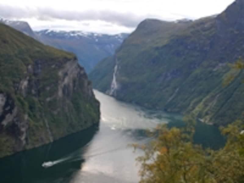 ほぼ垂直に切り立ったガイランゲルフィヨルド。かつてはここを氷河が流れていた