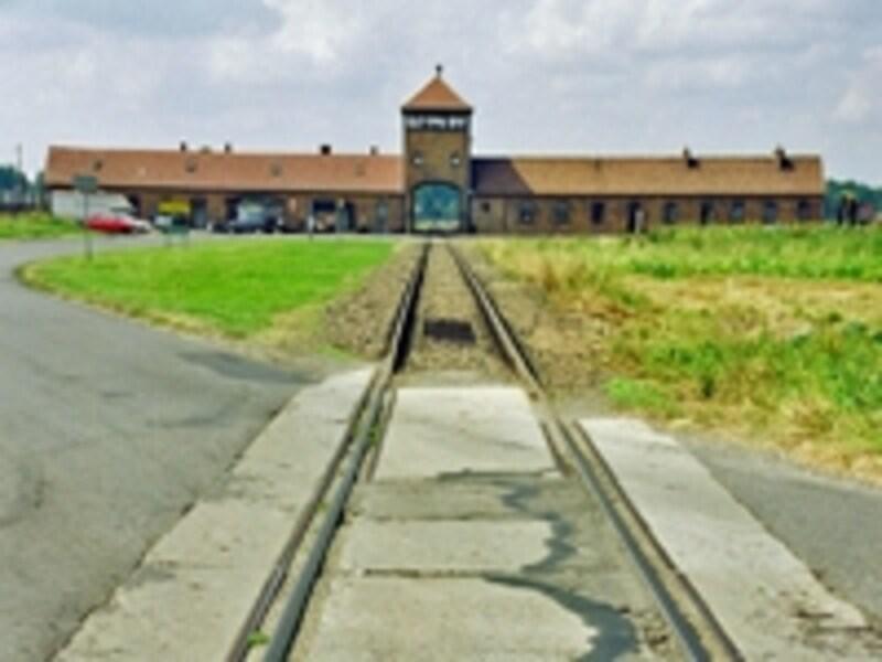 第二収容所ビルケナウにある死の門。ユダヤ人を乗せた列車はこの門を通って中に入り、多くは二度とここから出ることはなかったという