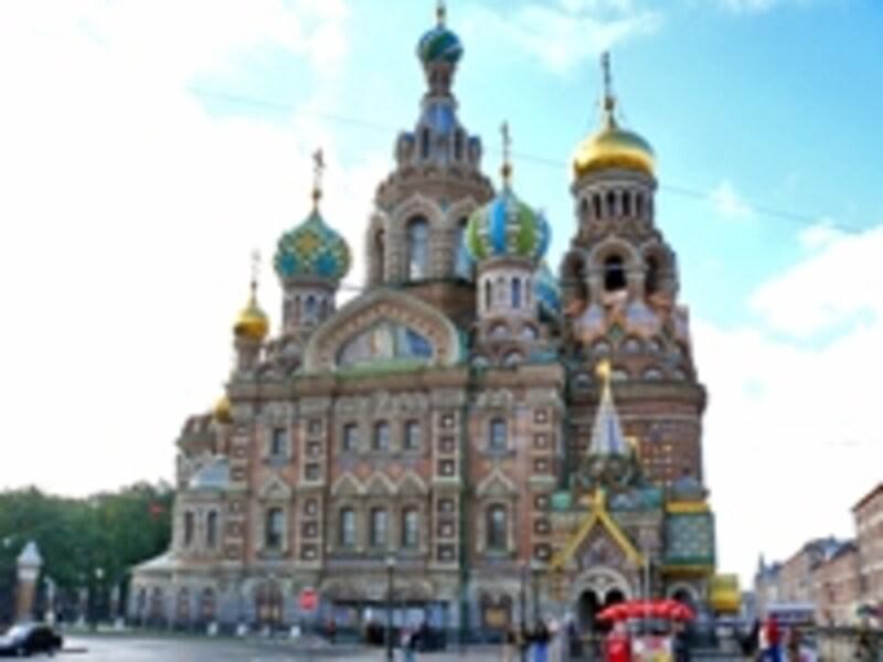 ロシア式のタマネギ型ドームが特徴的なスパース・ナ・クラヴィー教会。内部はカラフルなフレスコ画で覆われている