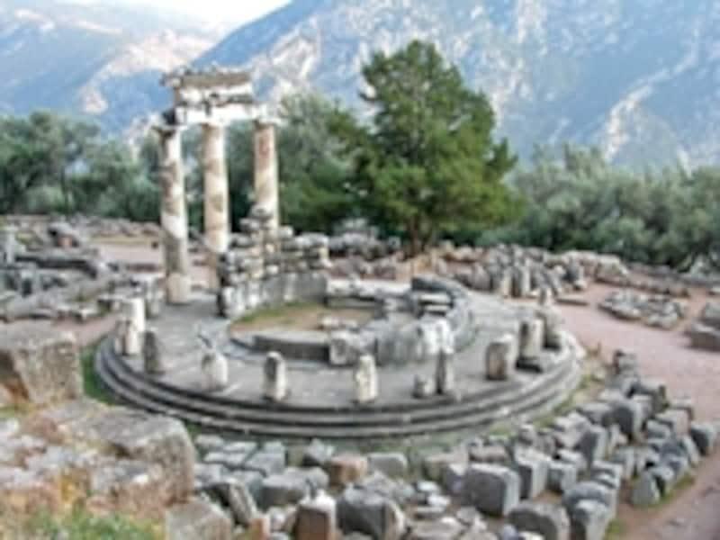 「世界のヘソ」と呼ばれたギリシアの世界遺産「デルフィの古代遺跡」のアテナの聖域。アポロン神殿で下されるデルフィの神託には絶対的な力が与えられていた