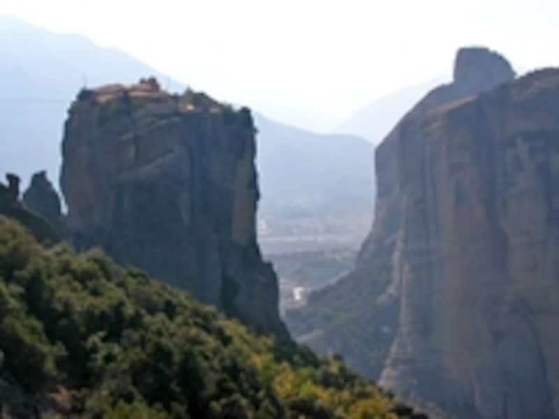 メテオラの奇観。中央の岩の上には断崖絶壁に囲まれてアギア・トリアダ修道院がたたずんでいる