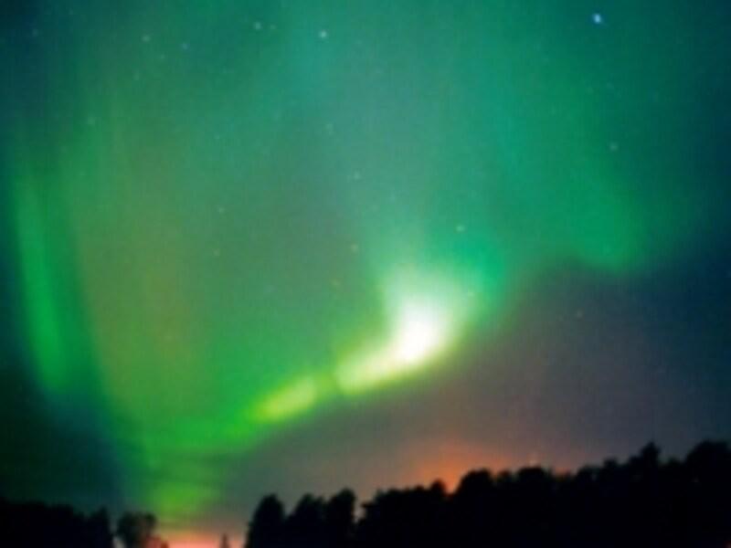 太陽から送られてきた荷電粒子が大気中の粒子に衝突して発生するオーロラ