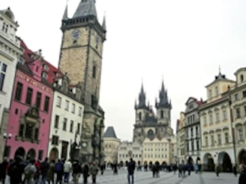 プラハの旧市街広場。左の塔が天文時計で有名な旧市庁舎、正面のゴツイ建物がティーン教会 ©牧哲雄