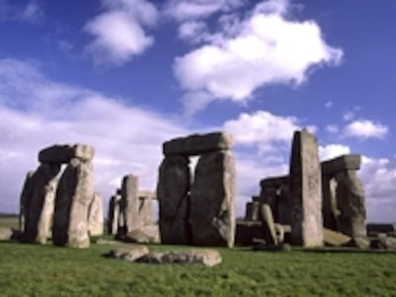 ストーンヘンジ。馬蹄型の出口の先には祭壇石とヒール・ストーンがあり、夏至の日に太陽はその直線の延長線上に昇るundefined牧哲雄
