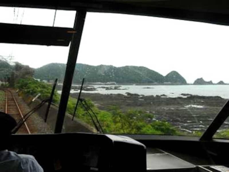和歌山県を走る紀勢本線は海がふんだんに見える車窓が展開する。特急「オーシャンアロー」の先頭車(グリーン車)は恰好の展望席となっている