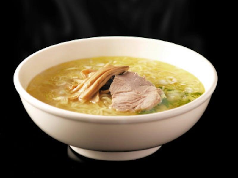 函館の塩ラーメン。透明なスープが特徴です。