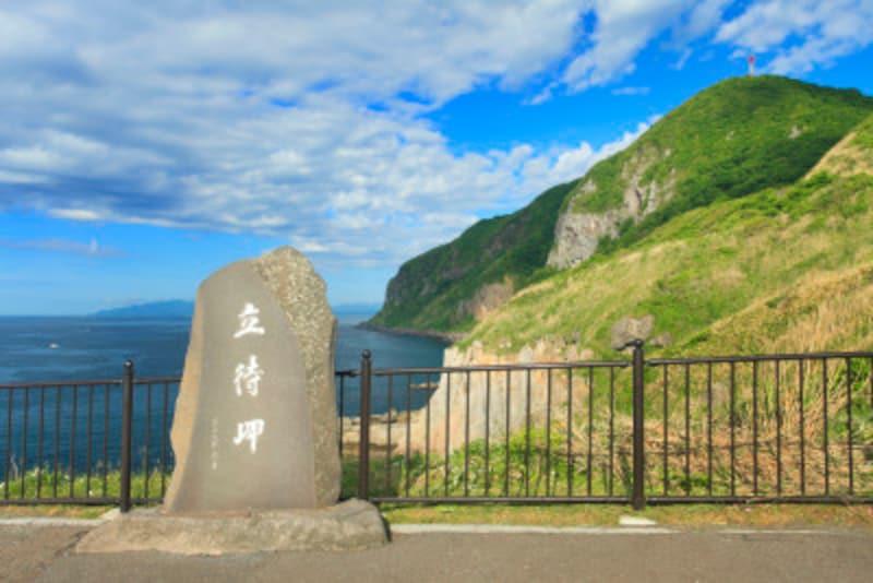立待岬の石碑と西方向の海岸