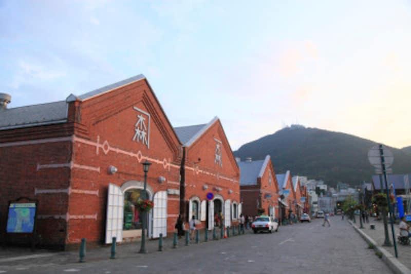 ■金森赤レンガ倉庫。赤レンガを利用した商業施設が立ち並ぶベイエリア
