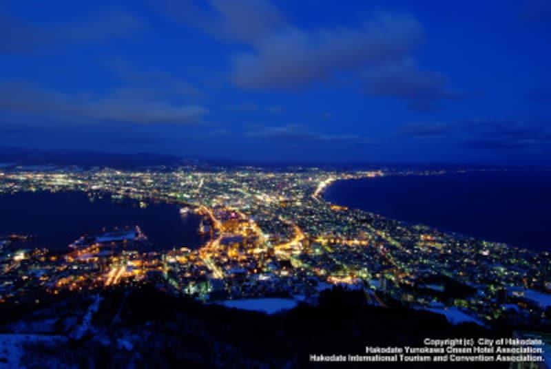 ウエストをきゅっと絞ったような、扇型の地形が独特な函館山からの夜景