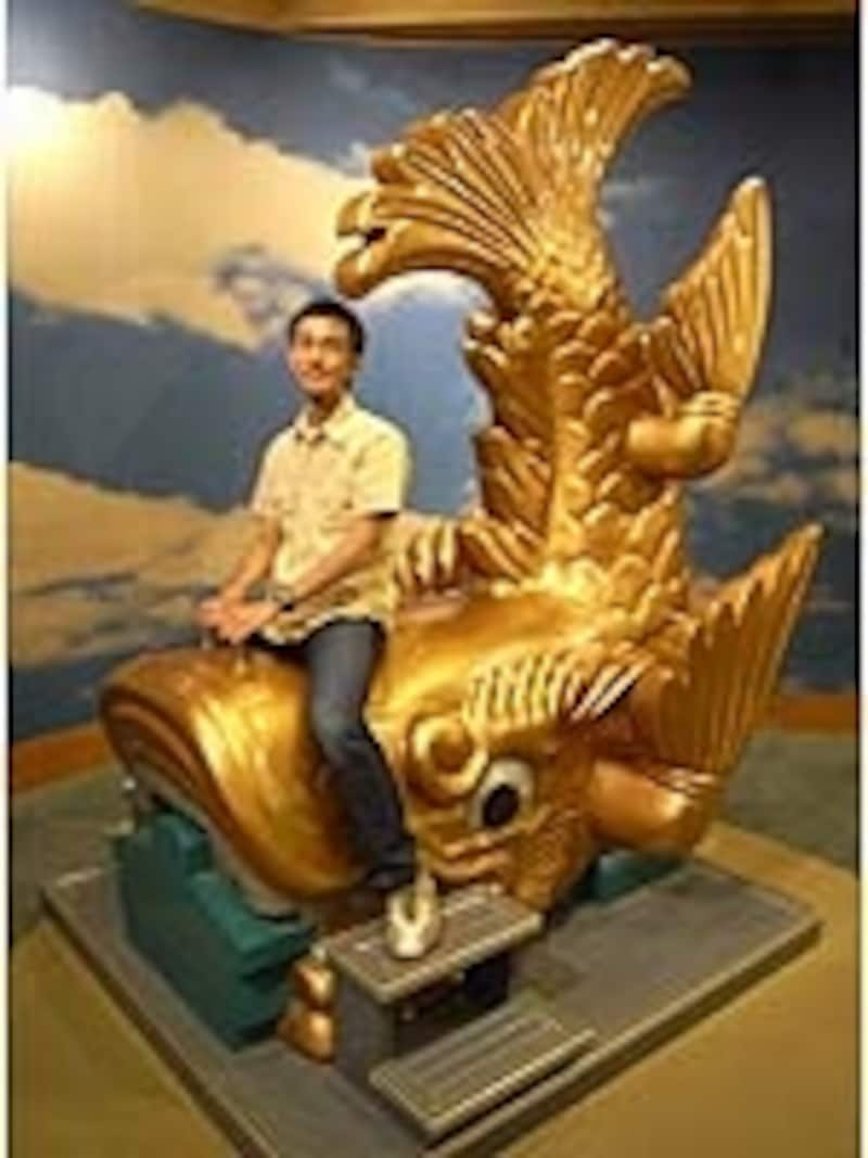 「金のシャチの背に乗って~♪」。記念撮影用実物大金シャチ